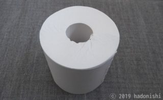 芯なしトイレットペーパーの芯を抜いて卓上で使う