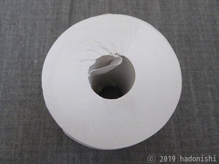 芯となっている部分を少しだけ内側に折り曲げる