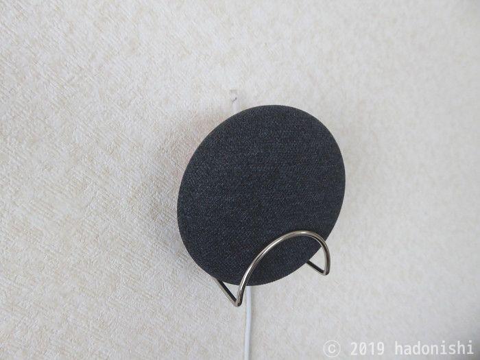 スポンジホルダー裏のでっぱりを、壁に取り付けたフックに引っ掛ける
