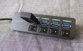 USB3.0ハブ『U3H-S418BBK』にUSBスティックを差したところ