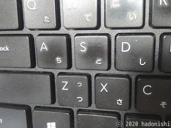 艶の出たキートップ。文字『A』の右下、『と』の左上が削れている