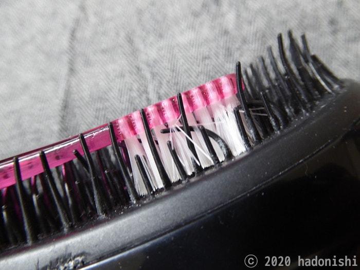 歯ブラシを押し込んでタングルティーザーのブラシが曲がった状態