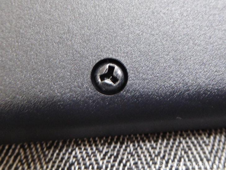 裏側のY字型ネジ。すべてがこの形状
